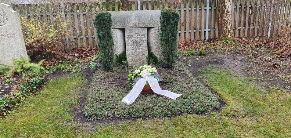 Wreath on the grave of the couple Heinz and Rita Maier-Leibnitz