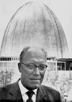 Heinz Maier-Leibnitz in front of the Atomic Egg