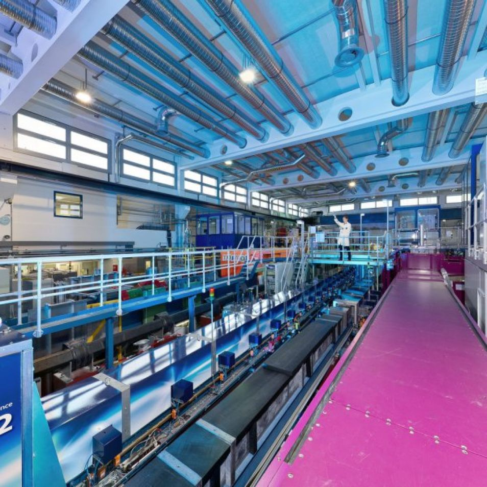 An interactive 360° view of neutron source Heinz Maier-Leibnitz and its three halls: reactor hall, neutron guide hall west and experimental hall. Click on the picture opens the panorama.